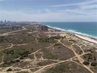 """חוף התכלת בהרצליה. תוכנית להקמת רובע עירוני חדש על הקרקע / צילום: ריף נדל""""ן"""