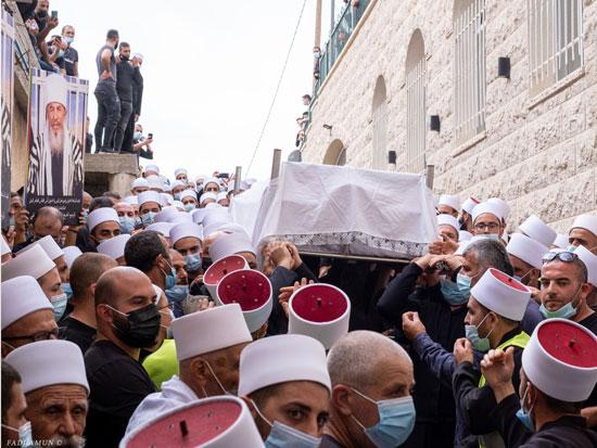 """הלווית השיח' אבו זאין א-דין חסן חלבי. """"כבודו לא היה נפגע אם הייתה לו הלוויה מצומצמת"""" / צילום: פאדי אמון"""