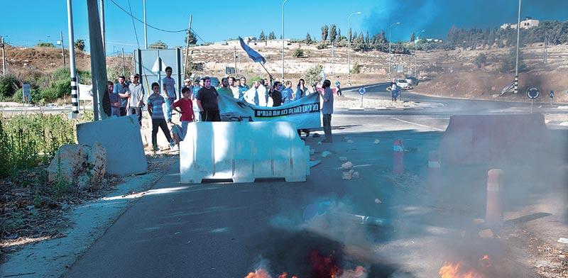 """מפגינים בבית אל נגד בג""""צ מפגינים בבית אל נגד בג""""צ / צילום: רפי קוץ"""