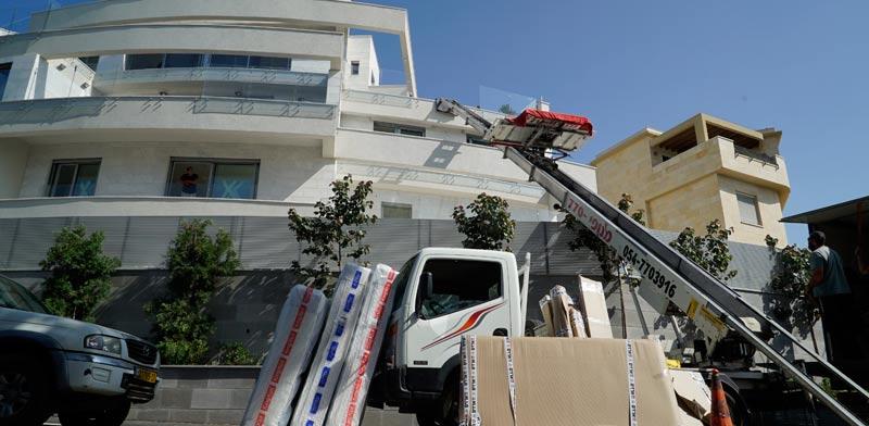 משה כחלון עובר דירה / צילום: ערן גילווארג