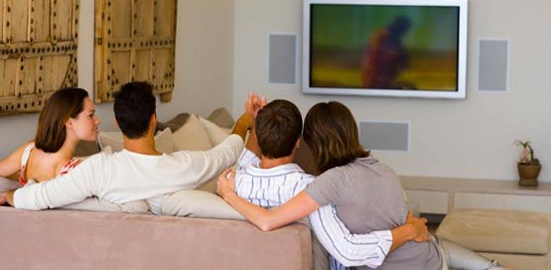 רייטינג אנשים צופים בטלוויזיה  / צלם:  טינקסטוק