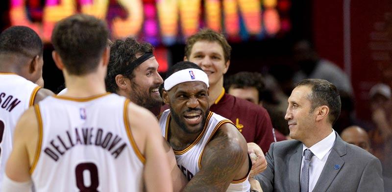 דייויד בלאט עם שחקני קליבלנד קאבלירס, NBA / צלם: רויטרס