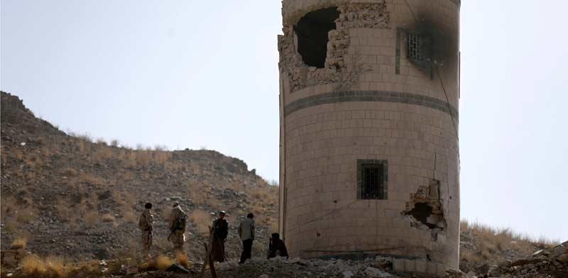 לוחמים ליד עמדת שמירה שניזוקה שצופה על ארמון הנשיאות בתימן / צילום: רויטרס