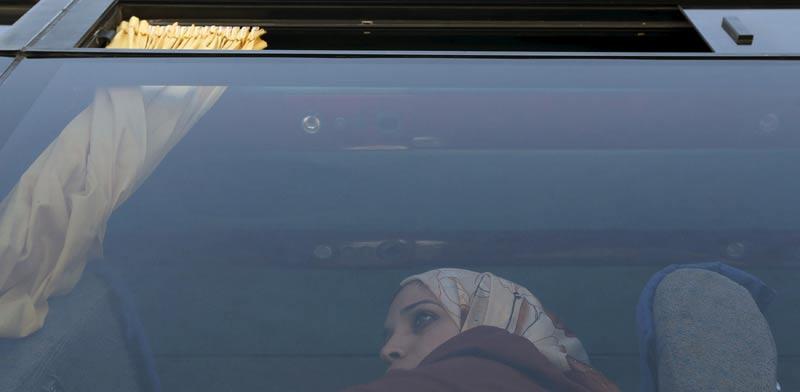 אשה פלשתינאית מוחזרת באוטובוס לעזה/צילום: רויטרס