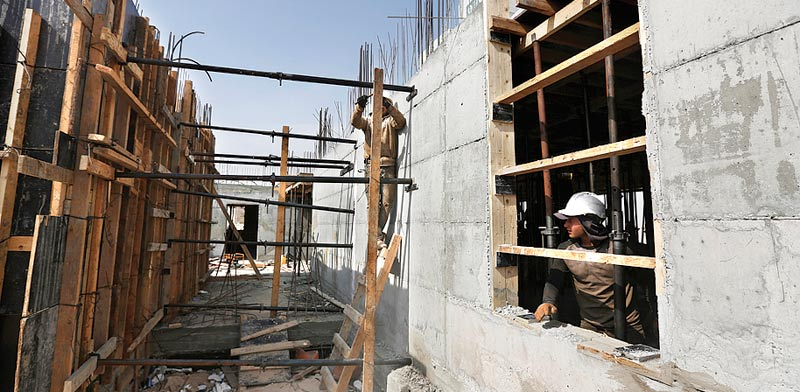 פועלים באתר בנייה / צילום: רויטרס