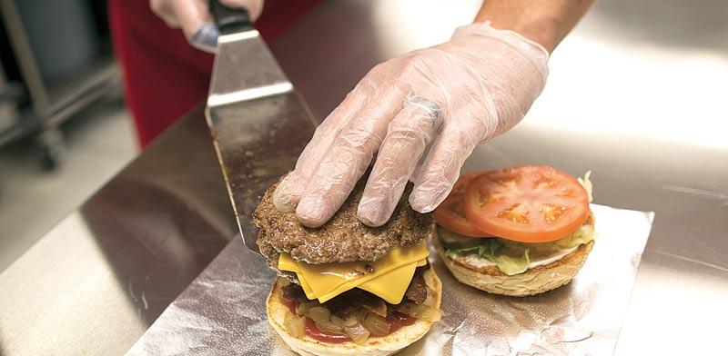 בשר, המבורגר / צילום: בלומברג