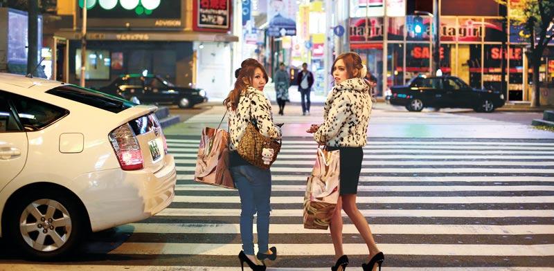 נשים במסע קניות באוסקה / צילום: רויטרס