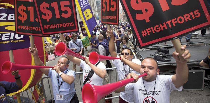 חוגגים את העלאת השכר בניו יורק / צילום: רויטרס