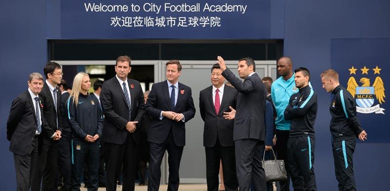 שי ג'ינפינג נשיא סין ודייויד קמרון ראש ממשלת בריטניה מבקרים באקדמיה של מנצ'סטר סיטי / צלם: רויטרס