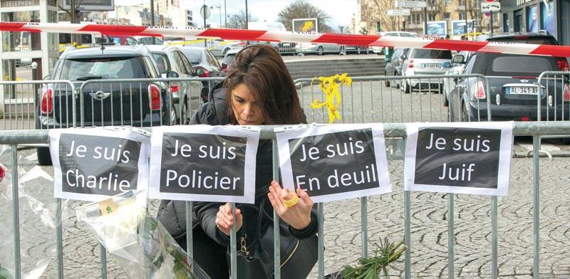 מפגן זיכרון בצרפת עם הכרזות / צילום: רויטרס