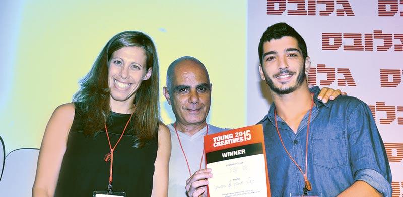 יגאל בראון והדר ליבר מעניקים פרס לעידו קציר / צילום: תמר מצפי