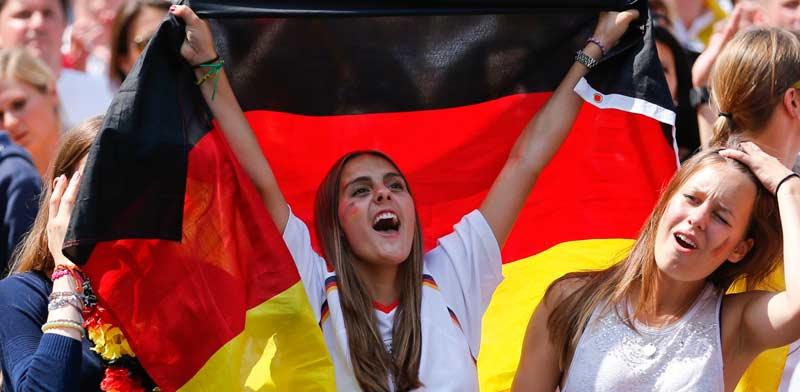 אוהדת נבחרת גרמניה חוגגת זכייה במונדיאל 2014 / צלם: רויטרס