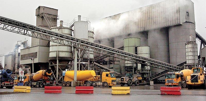 מפעל של יצרנית חומרי הבניין CRH באירלנד / צילום: בלומברג