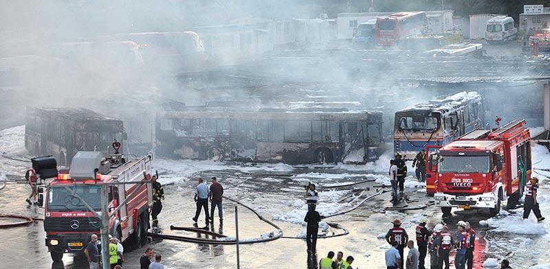 """השריפה בחניון האוטובוסים של דן הסמוך לקרקע שלגביה מתקיים המו""""מ / צילום: ניב אהרונסון, וואלהNEWS"""