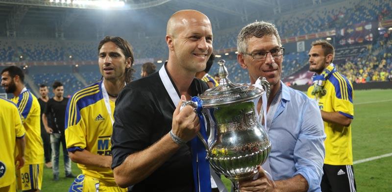 ג'ורדי קרויף עם מיטש גולדהאר חוגגים זכייה בגמר הגביע 2015 / צלם: רויטרס