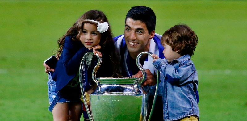 לואיס סוארז שחקן ברצלונה חוגג זכייה בליגת האלופות עם ילדיו / צלם: רויטרס