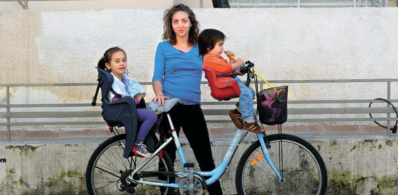 רוכבת אופניים תל אביבית / צילום: איל יצהר