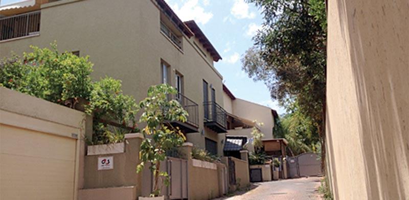 ברחוב רות פלד, בשכונת גני צהלה בצפון תל אביב,  קוטג' דו משפחתי / צילום: יחצ