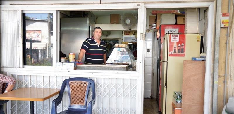 חנות הבורקס של יהודה חזן / צילום: תמר מצפי