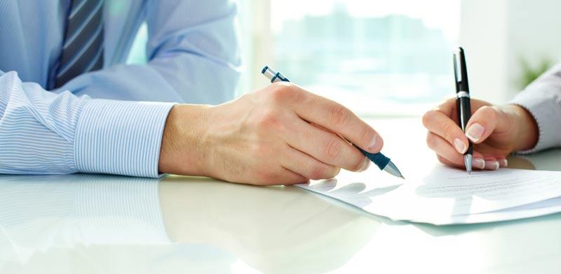 חותמים על הסכם/ צילום:  Shutterstock/ א.ס.א.פ קרייטיב