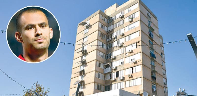 הבניין ברחוב סוקולוב בהרצליה. בעיגול: גילי ורמוט / צילום: תמר מצפי שלומי יוסף