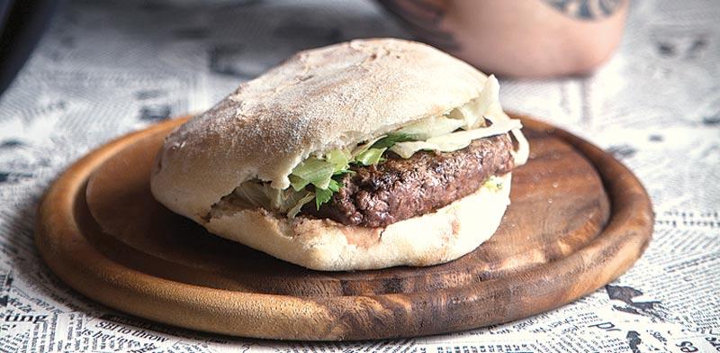 מנת המבורגר בג'פרנה / צילום: דניאל לילה