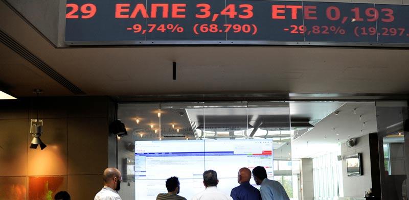 עובדים ביוון עוקבים אחרי מסכי הבורסה לאחר הברקזיט של בריטניה אירופה/ צילום: רויטרס