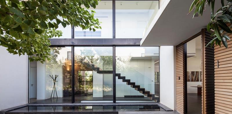 גרם המדרגות בבית הפך לאלמנט פיסולי/ צילום: עמית גירון