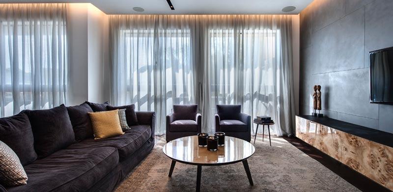 מינימום פריטי עיצוב למקסימום מרחב או תאורה שמייצרת אווירה בסלון/ צילום: עודד סמדר