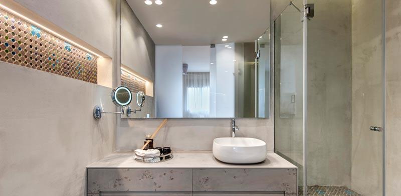חדר האמבטיה- מארג פסיפסים לניגודיות בין הריצוף לקירות/ צילום: עודד סמדר