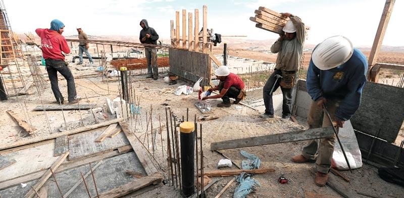 פועלים ללא קסדה / צילום: בלומברג