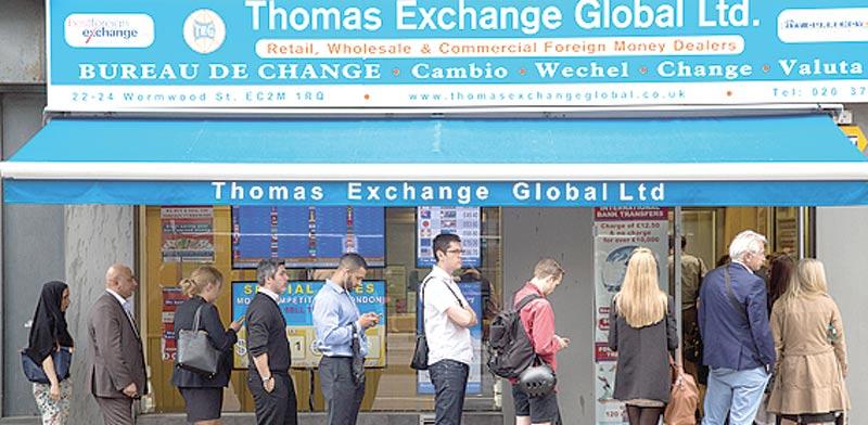 """ממתינים להמיר מט""""ח. """"רוצים להגן על הכסף"""" / צילום: בלומברג"""