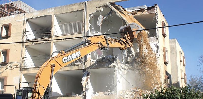 """הריסת בניין בפרויקט תמ""""א 38 / צילום: רם שנבל"""