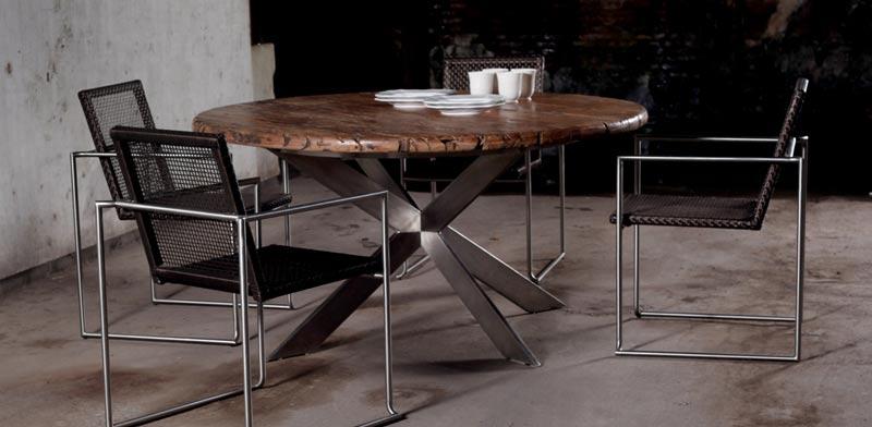 שולחן עגול מעץ מרבאו בשילוב רגליים מנירוסטה/ צילום: אסף מונק סטודיו D.N.A