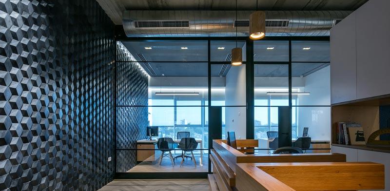 מייצרים קונטקסט בין העיצוב לעולם התוכן של המשרד צילום: עוזי פורת
