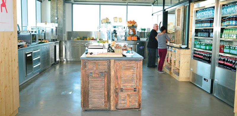המטבח במשרדי פייסבוק / צילום: תמר מצפי