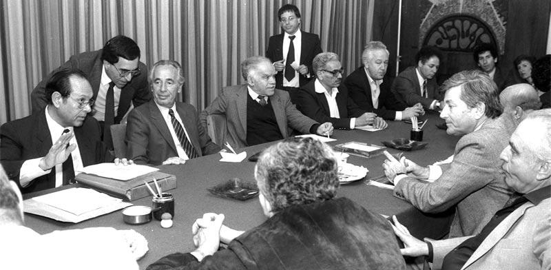"""ישיבת ממשלה ב-1985 / צילום: חנניה הרמן, לע""""מ"""