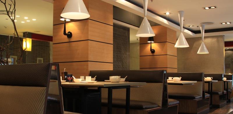גופי תאורה במסעדה