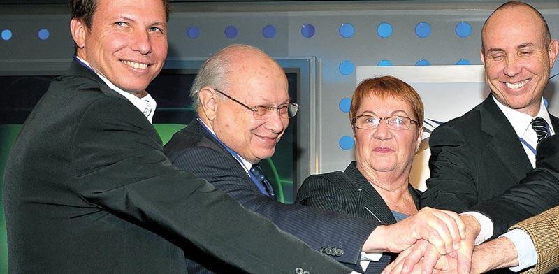 """מיכאל, גרשון ודניאל זלקינד עם אסתר לבנון / צילום: יח""""צ"""