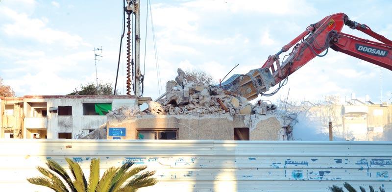 הריסת מבנים בנווה שרת בתל אביב. למה רק חמש שנים. צילום: תמר מצפי