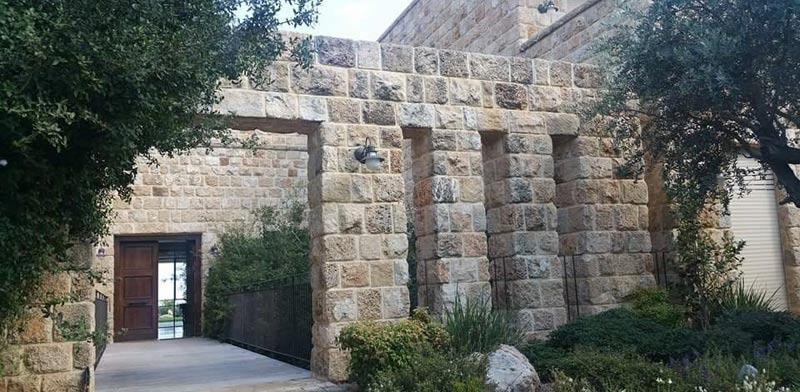 """בית פרטי המתאפיין בחיפוי אבן מסוג כורכר פירוקים ,שטח הבית כ 500 מ""""ר. אדריכלות: עודד לביא / יח""""צ"""