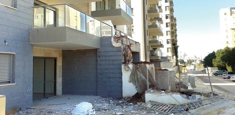 המרפסת שנפלה בחדרה / צילום: גיל ארבל