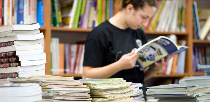 ספרי לימוד בחנות / צילום: שלומי יוסף