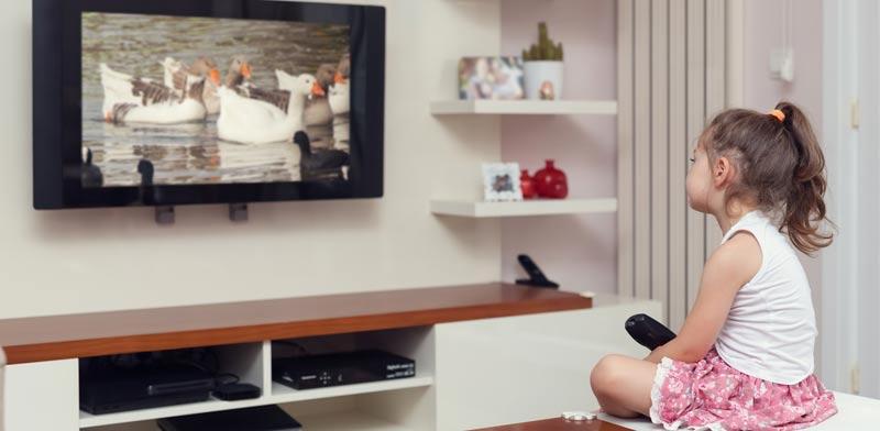 ילדה צופה בטלוויזיה / צילום:  Shutterstock/ א.ס.א.פ קרייטיב