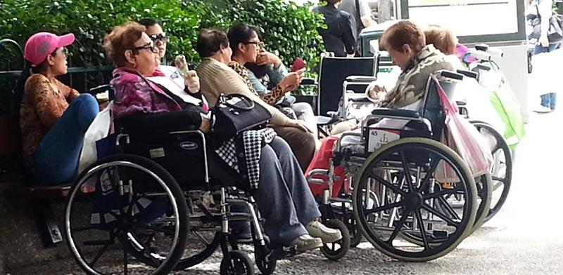 טיפול בקשישים עובדת זרה / צילום: תמר מצפי