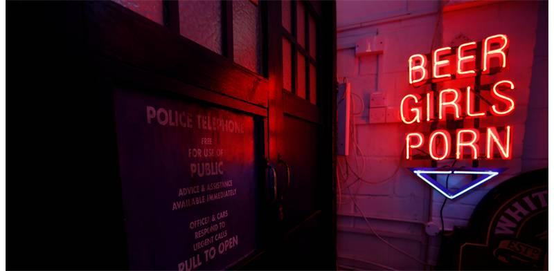"""שלט בכניסה למועדון למבוגרים בלבד, """"בירה, נשים, פורנוגרפיה"""" / צילום אילוסטרציה: ראסל בויס, רויטרס"""