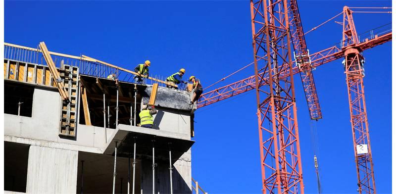 פועלים באתר בנייה / צילום: Bernadett Szabo, Reuters