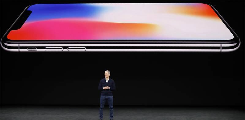 טים קוק והאייפון X / צילום: רויטרס