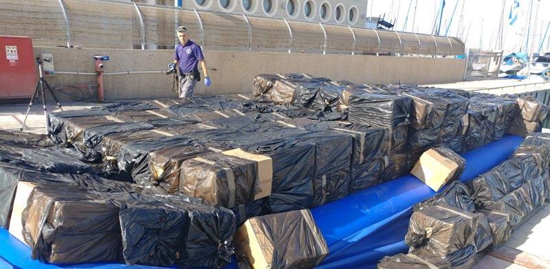 מכס אשדוד והמשטרה סיכלו הברחת ענק של מאות אלפי חפיסות סיגריות באמצעות רפסודה / צילום:מכס אשדוד