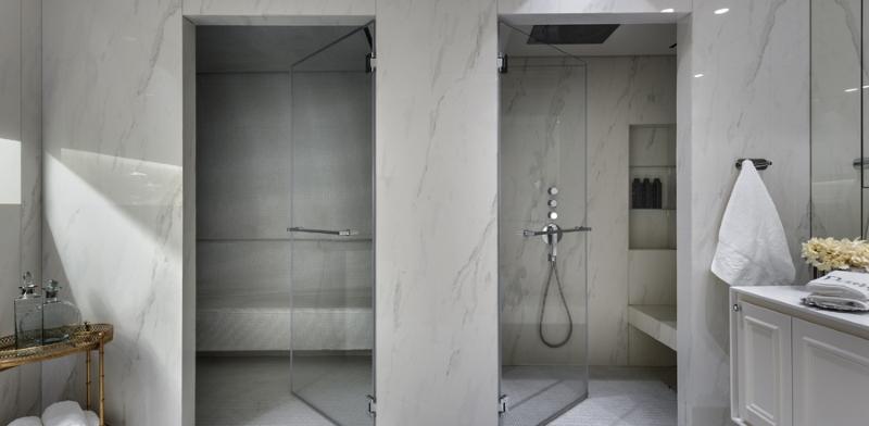 מבט על חדר האמבטיה המאובזר בסוויטת ההורים. צילום: עודד סמדר